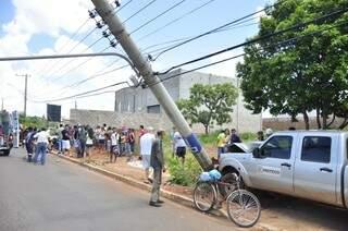 O motorista atropelou Juventina na calçada e depois colidiu contra um poste na Avenida Três Barras. (Foto: João Garrigó)