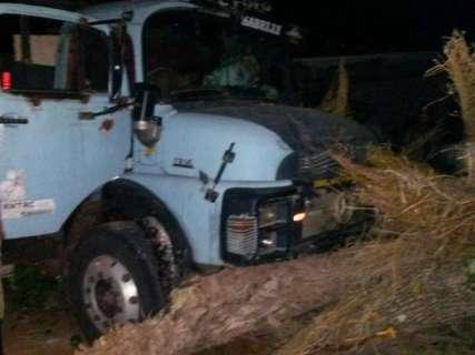 Motorista perde o controle da direção e caminhão invade quintal de casa