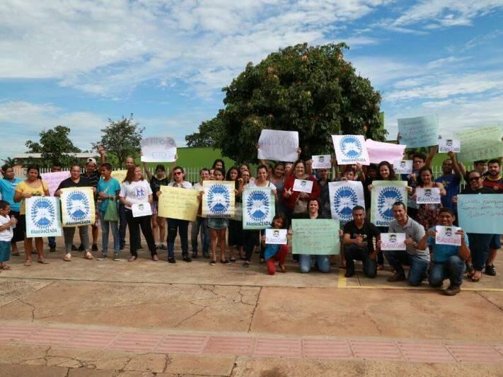Manifestantes com faixas e cartazes em protesto. (Foto: Marcos Ermínio)