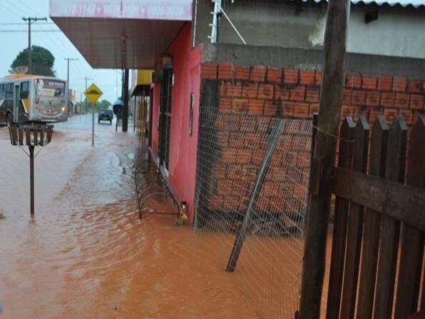 Em Sidrolândia, chuva dos últimos dias alagou ruas de bairro. (Foto: Região News)