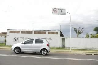 Motorista trafega em faixa exclusiva para ônibus, táxis e veículos de emergência (Foto: Cléber Gellio)