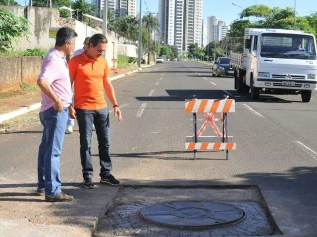 Prefeito Marquinhos Trad (à direita), com o diretor da Águas, José João Fonseca. (Foto: Alcides Neto)