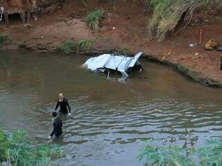 Mergulhadores fizeram buscas em um raio de 100 metros do rio. (Foto: Marina Pacheco)