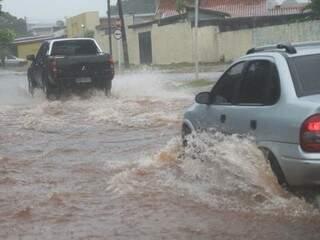 Durante temporal, ruas e avenidas ficaram alagadas (Foto: Marcos Ermínio)