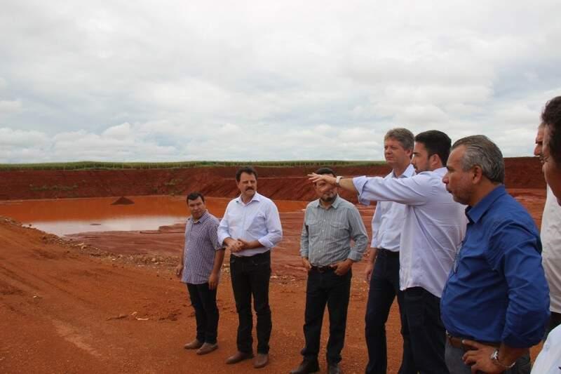 Autoridades estiveram no local onde será a central de tratamento de resíduos.  (Foto: Notícias MS)