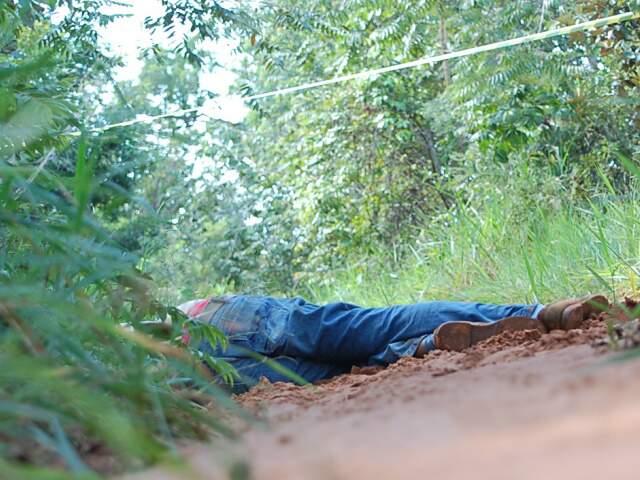 Homem foi encontrado morto em estrada (Foto: Marlon Ganassin)