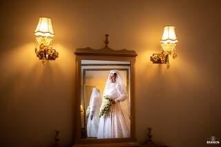 Vestido de noiva foi reproduzido no Paraná e solidéu foi feito em Campo Grande. (Foto: Vicente Barros)