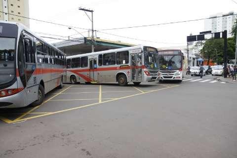 Dois acidentes no mesmo cruzamento, em menos de 1 hora, tumultuaram o trânsito