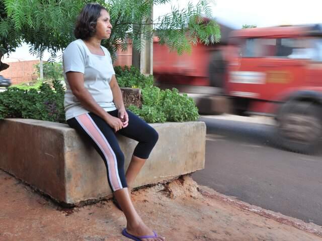 """""""O problema não é nem o asfalto. É o povo mesmo"""", diz moradora. (Foto: João Garrigó)"""