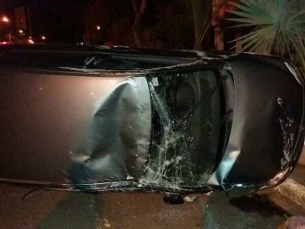 O vidro e o teto do carro ficaram destruídos (Foto: Direto das Ruas)