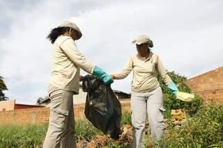 Agentes percorrem casas e terrenos baldios para promover orientação e limpeza (Foto: Cleber Gellio)