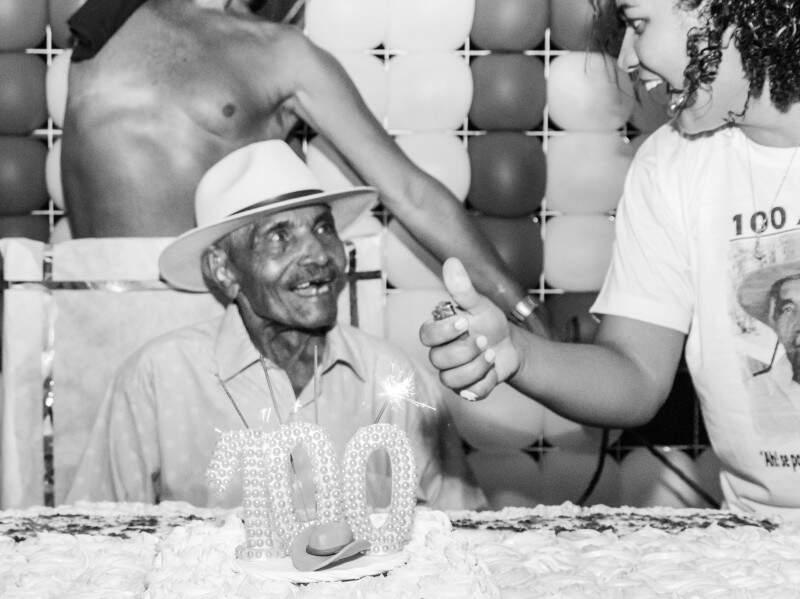 Felicidade não cabia em seu Leonídio, de soprar vela de 100 anos. (Foto: Luiz Maique)