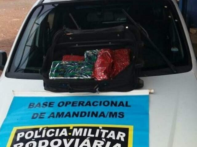 Droga estava em uma bolsa, no porta-malas do táxi (Foto: Nova News)