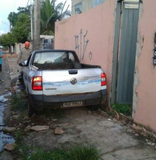 Carro foi parar em cima da calçada.