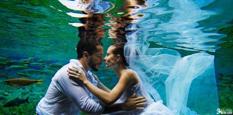 Por cerca de 3h, o casal encarou a água gelada da nascente. (Foto: Guilherme Molento)