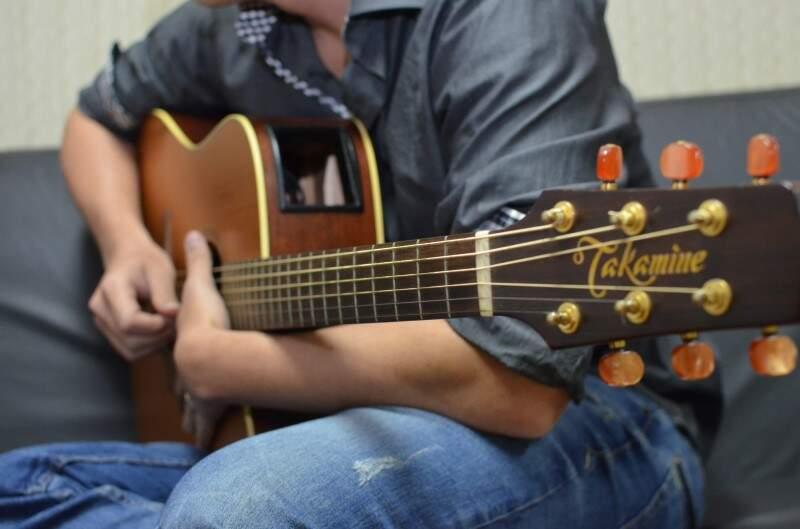Carreira musical começou aos 9 anos com os estudos de violão. (Foto: Vanessa Tamires)