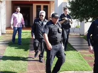 Agentes do Gaeco deixam a casa do prefeito de Itaporã, Wallas Milfont, onde recolheram documentos (Foto: Osvaldo Duarte)