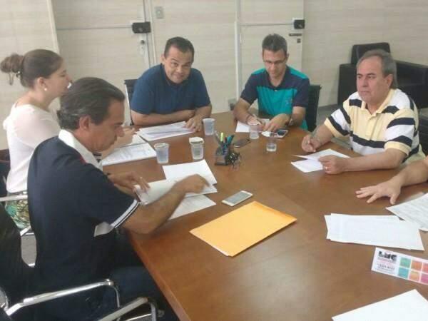 Marcelo Vilela (Saúde) ao centro, em reunião com o prefeito na manhã deste domingo (22), no Paço Municipal. (Foto: Alberto Dias)