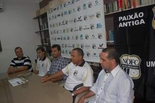 Toda a 'cúpula' do Novoperário na apresentção do treinador (Foto: Pedro Peralta)