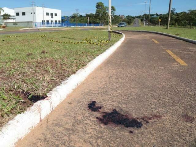 Vítima foi encontra morta no canteiro canteiro central (Foto: Fernando Antunes)