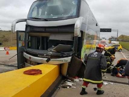 Motorista cochila, ônibus bate em pedágio e 22 romeiros ficam feridos