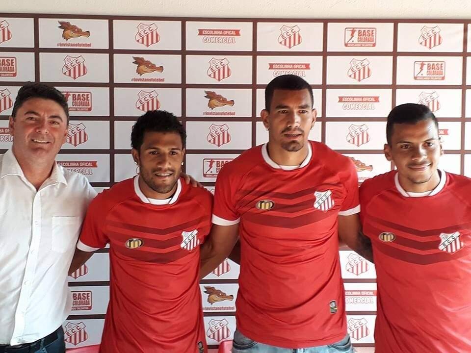 O diretor de futebol do Comercial, Paulo Telles, com as caras novas do Comercial: Saloma, Guilherme e Kasado (Foto: Comercial/Divulgação)