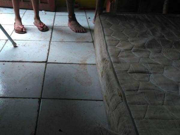 Rapaz foi encontrado caído sobre colchão. (Foto: Marcus Moura)