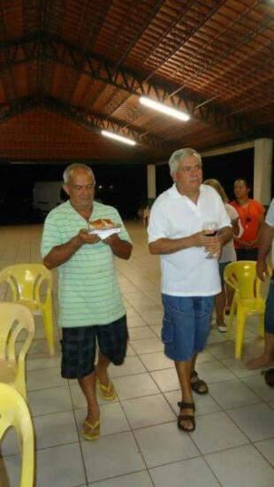 Os irmãos Bide e Ferreira, levando o pão e o vinho. (Foto: Arquivo Pessoal)