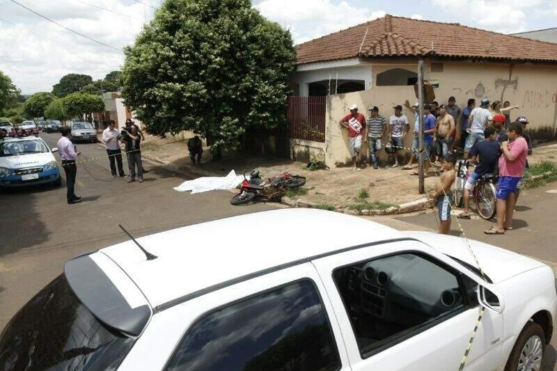 Automóvel ficou parado no meio da rua após colisão trágica no Conjunto Parati (Foto: Cleber Gellio)