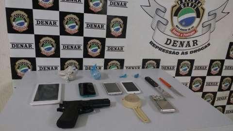 Dupla é presa com cocaína e arma de brinquedo na Vila Margarida
