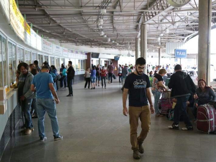 Movimento na rodoviária no dia 22 de dezembro, dias antes do Natal; administradora prevê que 23 mil passem pelo terminal no próximo fim de semana (Foto: Fernando Antunes/Arquivo)