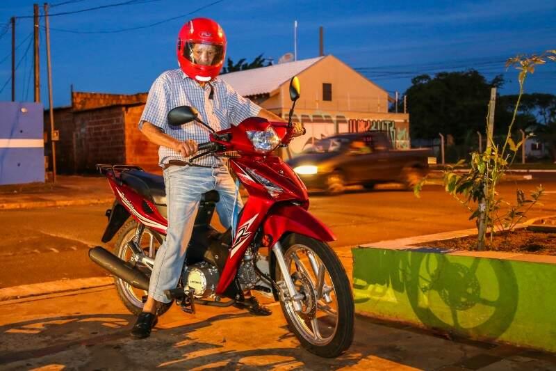 Motorizado, Manoel vê de perto o perigo, mas também a paisagem. (Foto: Fernando Antunes)