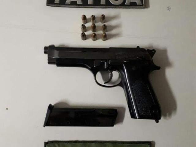 Arma que pertence ao Exército Brasileiro foi apreendida pelas equipes policiais (Foto: divulgação)