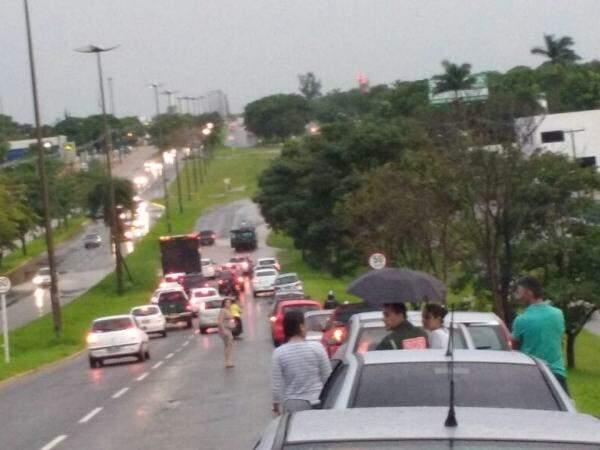 Leitor enviou foto com fila de carros que preferiram água baixar antes de passarem pelo local (Foto: Direto das Ruas)