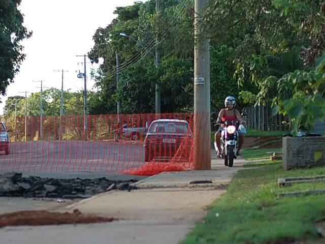 Com avenida em obras, motociclistas optam por caminho mais curto para chegar aos bairros. (Foto: Marlon Ganassin)