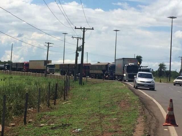Caminhões voltando para o bloqueio da BR-163 (Foto: divulgação)