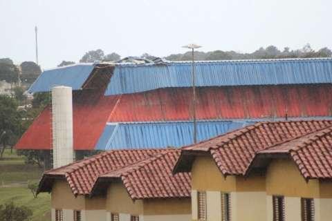 Vendaval quebra janelas, destrói TV e causa pânico em moradores
