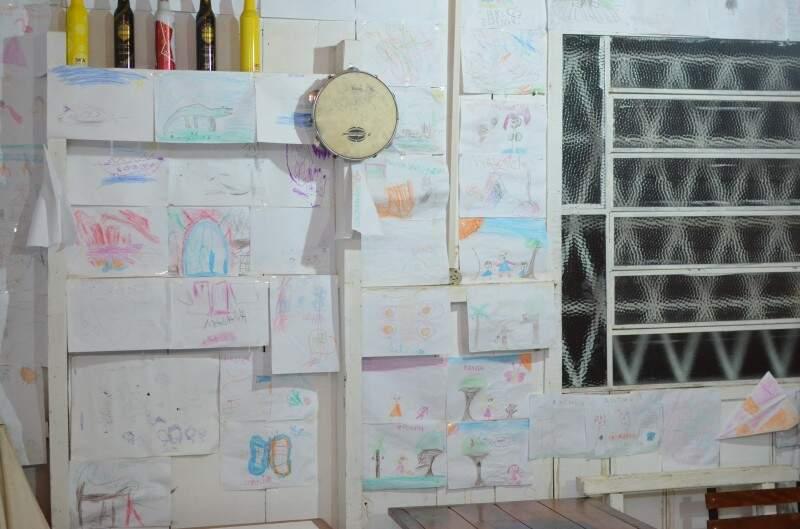A parede é um mural de desenhos.  (Foto: Vanessa Tamires)