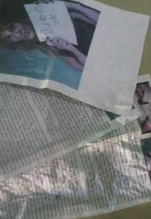 Cópias de reportagem distribuídas na região onde Dulci mora.