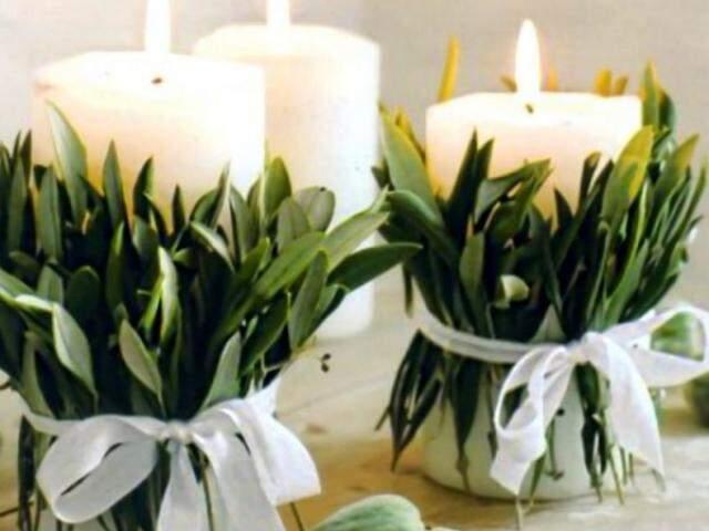 As luzes sempre foram estrelas da virada do ano, aqui surgem em velas que podem receber galhos de arruda como enfeite.
