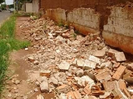 Reforma de muro causa transtorno a pedestres no Bairro Vilas Boas