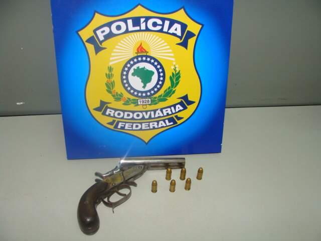 Rapaz foi flagrado com arma de fogo. (Foto: Divulgação/PRF)