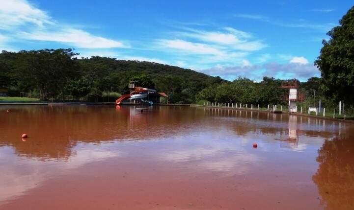Água no balneário Lago Azul foi completamente tomada pelo rejeito do minério, em 2014 (Foto: Rios Vivos)