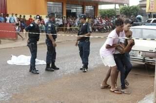 Policiais militares foram acionados após o homicídio e parentes são consolados (Foto: Cleber Gellio)