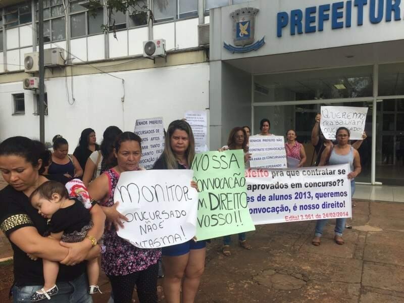 Aprovados em concurso da prefeitura realizado em 2014 foram cobrar o prefeito Marquinhos Trad sobre suas convocações para o trabalho (Foto: Yarima Mecchi)