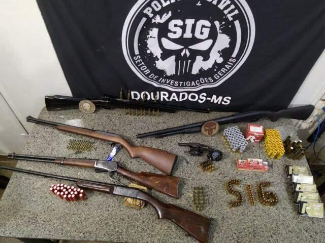 Armas apreendidas pelo SIG em Dourados; casal foi preso e polícia procura outro envolvido (Foto: Adilson Domingos)