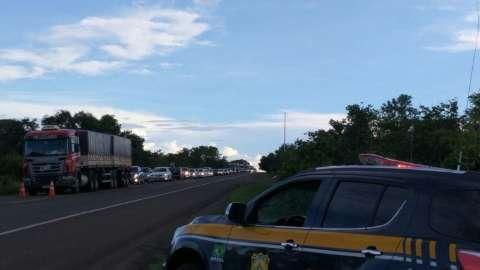 Uma pessoa morre e três ficam feridas em acidente entre caminhão e carro