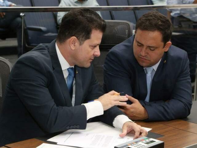 Deputados Renato Câmara (MDB) e Márcio Fernandes (MDB), autor do projeto, durante a sessão (Foto: Victor Chileno/ALMS)