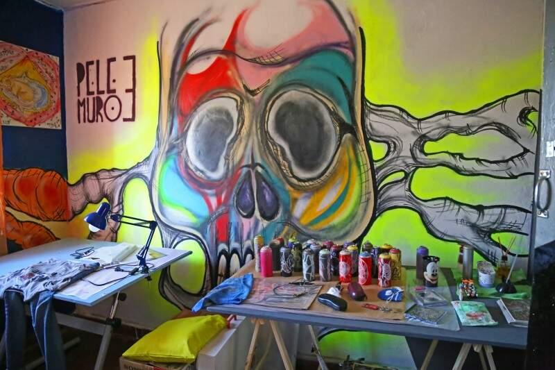 Um dos quartos ganhou a cor e a cara do grafite. (Foto: Marcos Ermínio)