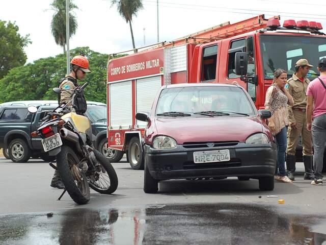 Motorista, segundo corpo de bombeiros, foi arrastado por cerca de 4 metros. (Foto: Marlon Ganassin)